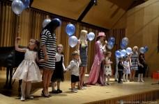 """Dzieci z przedszkola """"Little Star"""" odśpiewały urodzinową piosenkę."""