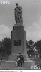 Wnuk i prawnuk gen. Józefa Dwernickiego pod pomnikiem swojego przodka. Fot. Witold Pikiel. Źródło: Narodowe Archiwum Cyfrowe.