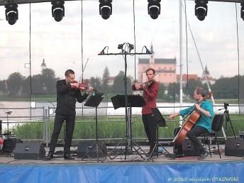 26 VI 2020 , Stary Folwark; WigroSfera Online Festival - Voytek Proniewicz i Roshko Brothers © 2020 Wojciech Otłowski
