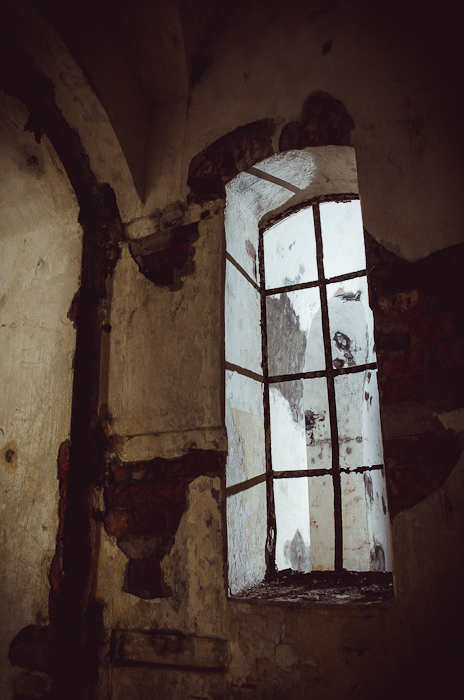 Išlikę langų rėmai nedideliame kareivinių kazemate
