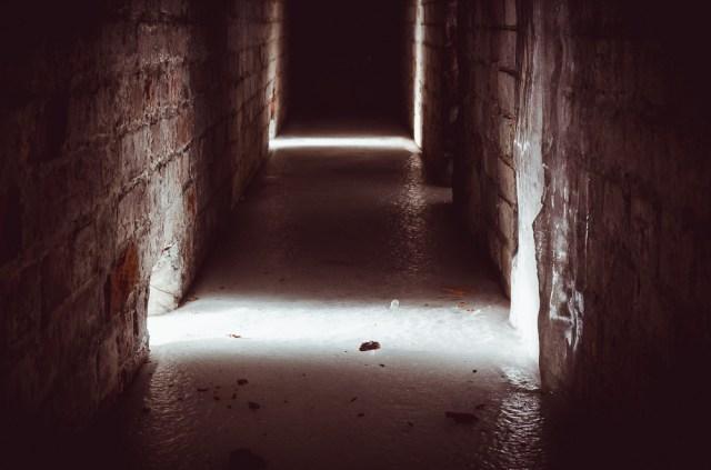 Į tamsų kareivinių ventiliacinį tunelį skverbiasi šviesos spinduliai