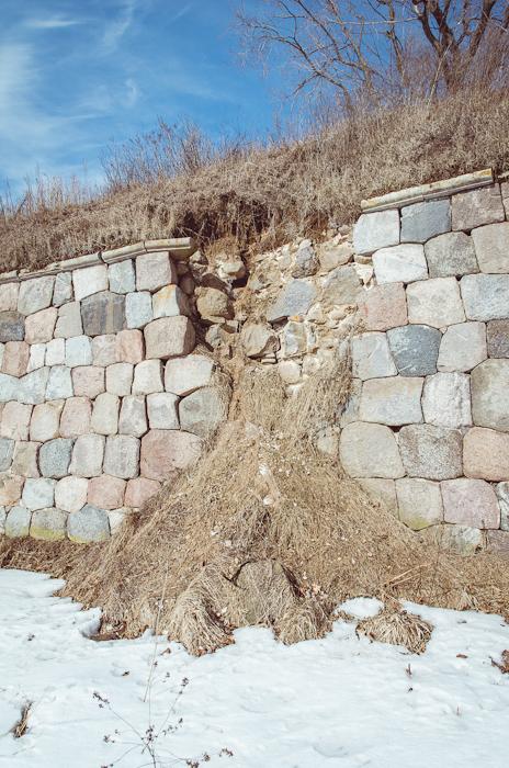 Išstovėjusios 200 metų sienos pradeda griūti