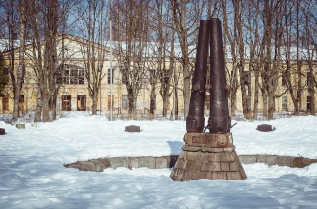 Monumentas 1812 metų karui atminti centriniame parke, antrame plane - buvusi karo ligoninė