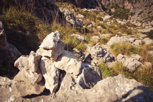 Vienintelis orientyras, rodantis kelią - nedideli akmenų kauburėliai