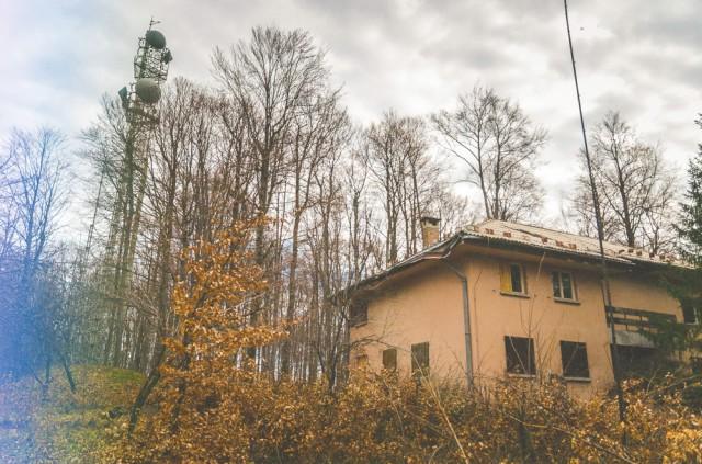 Už tvoros - standartinis dviejų aukštų namas ir iškalbinga antena