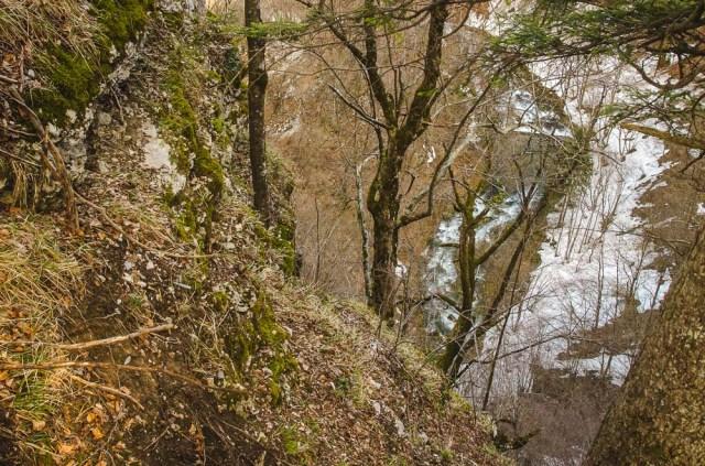 Apačioje šniokščia kalnų upė