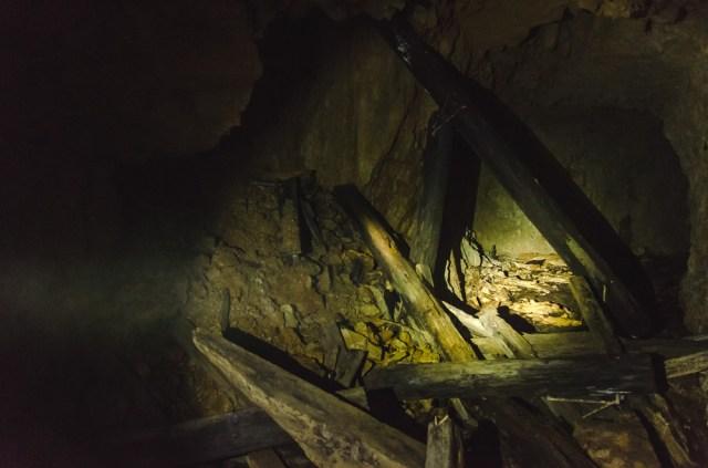 Medinės lubų atramos vienoje dalyje jau supuvusios, todėl stengiamės nekelti jokio triukšmo
