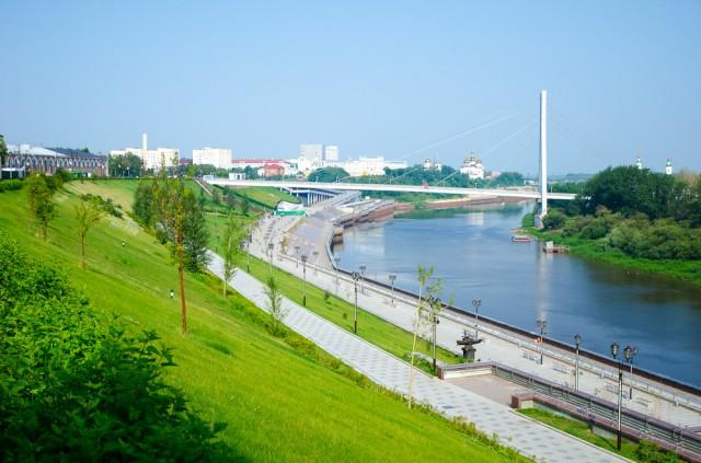 Per miestą teka laivybai naudojama upė Tura. Krantinė išklota marmuru