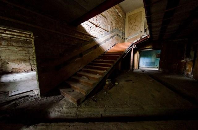 Rūmai akivaizdžiai perėjo du niokojimo etapus: tarybinių architektų ir vandalų
