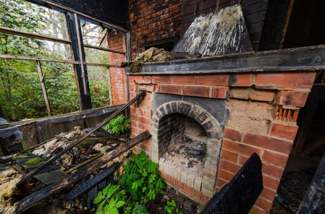 Antrame aukšte nedidelė salė su židiniu. Čia kilęs gaisras nusinešė stogą