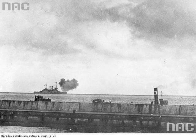 1939-09-03. Vokiečių karo laivas apšaudo Helą