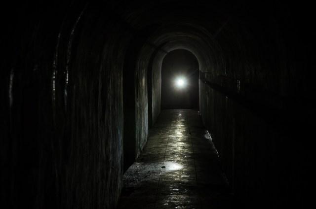 Per vieną iš pozicijų patenkame į vidų. Visas pozicijas jungia požeminiai tuneliai