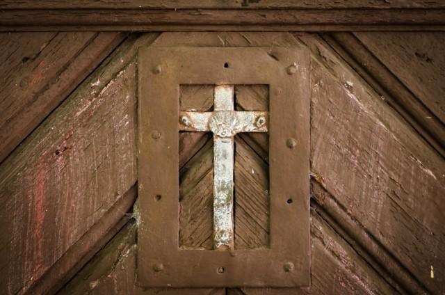 Kryželis ant koplyčios durų