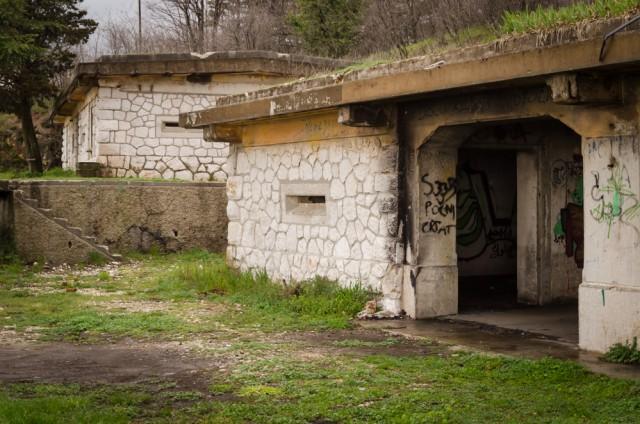 Nedideli antžeminiais statiniai šalia tunelių taip pat sutvirtinti ir pritaikyti gynybai