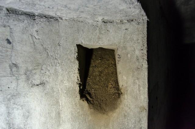 Ventiliacinė anga, susisiekianti su kaminėliais kalvos viršuje