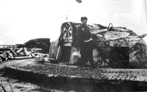 Rusų kareivis apžiūrinėja pabūklo poziciją