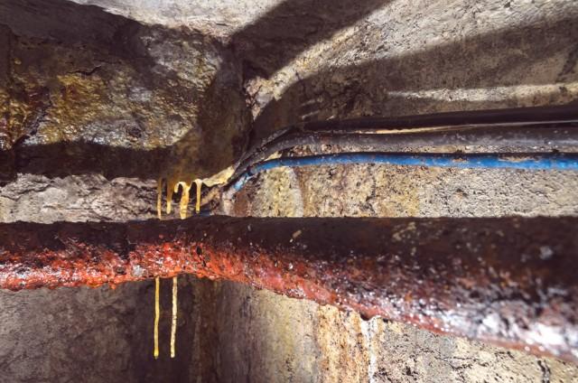 Drėgmė čia formuoja urbanistinius stalaktitus