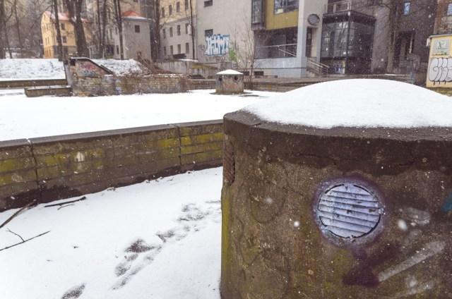 O lauke niūru, drėgna, sninga... Net žmonių buvo