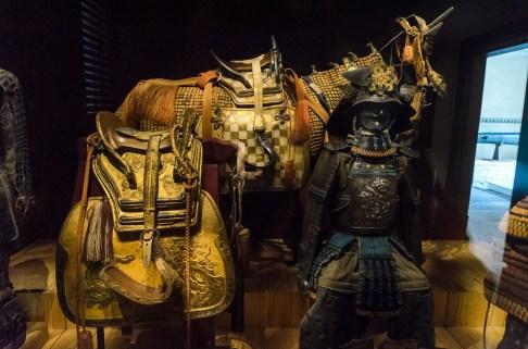 Šie samurajaus ir jo žirgo šarvai laikomi labai tamsioje patalpoje, kad šviesa neardytų šimtmečių senumo medžiagų