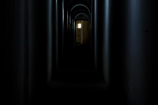 Šviesa, patenkanti per mažus langelius, ilgame koridoriuje palieka pasakiškus pėdsakus