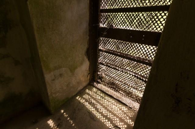 Kontreskarpinės sienos poterna forto kairėje baigiasi grotuotais vartais