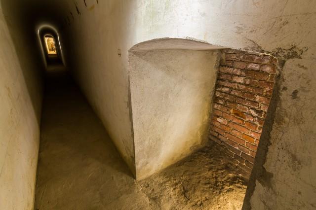 Kontreskarpinės sienos požemiuose įrengta nemažai slėptuvių. Galiu patvirtinti, kad už plytų jokio tunelio į kitą Nemuno pusę nėra