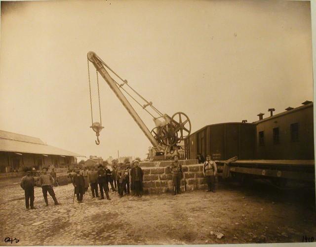 1410. Виленская губерния. Вильна. 658 верста. Группа рабочих у подъёмного крана на товарной станции.