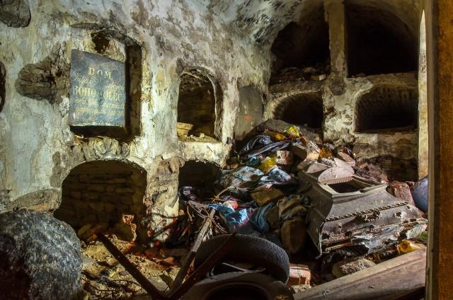 Karstų, šiukšlių, kaulų ir purvo mišrainė vakarinėje kriptos pusėje
