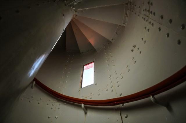 Į viršų veda siauri sraigtiniai laiptai