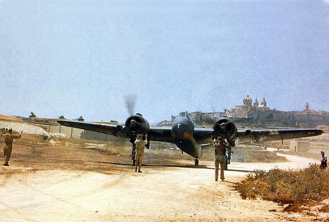 Bristol Beaufighter oro bazės teritorijoje. Tolumoje - senoji sostinė Mdina