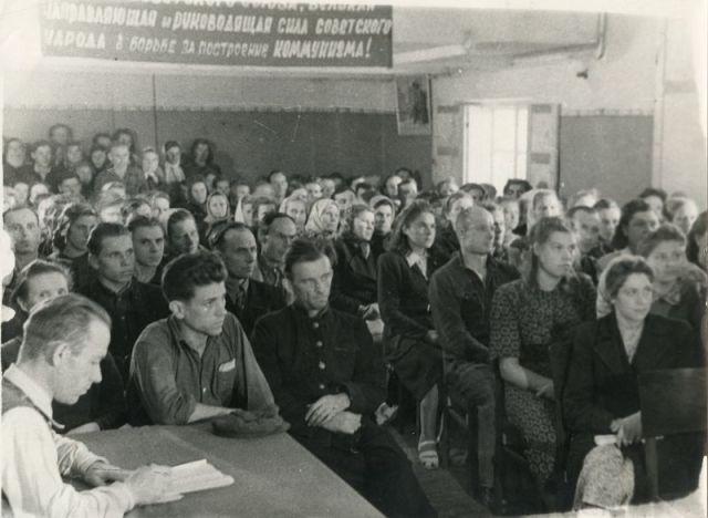 Klaipėdos faneros fabriko darbininkai susirinkime. Apie 1953 m.