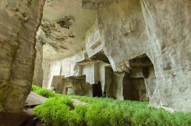 Cordari grota apleistoje Sirakūzų archeologinio parko dalyje