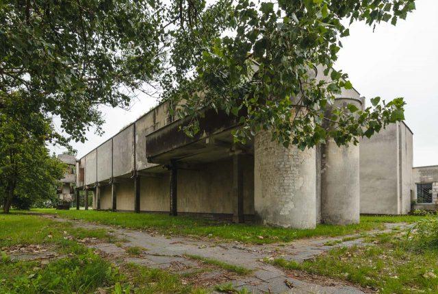 Brutualistinis sporto salės fasadas