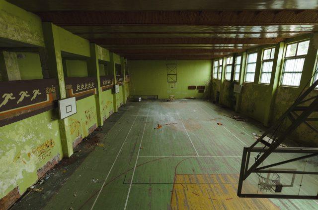Sportinė erdvė ribota, žiūrovams skirtas antras aukštas su atskiru įėjimu