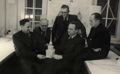 Pastato kūrėjai: antras iš kairės – architektų grupės vadovas Osvalds Tilmanis, pirmas iš kairės – architektas Vladimir Šnitnikov, antras iš dešinės – architektas Karlis Plūksne