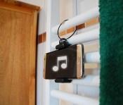 smarthaenger-anwendung-02-badezimmer-musik-hoeren_high