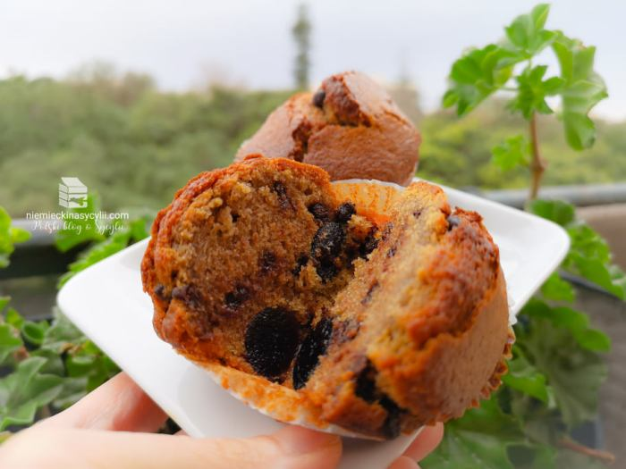 kawowe muffiny z czekoladą, kawowe muffiny czekolada, muffiny z czekoladą, muffiny z kawą, muffiny z czekoladą i wiśniami, kawewe mufffiny z wiśniami, przepis na kawowe muffiny, łatwy przepis na kawowe muffiny, szybki przepis na muffiny, łatwy przepis na muffiny, dobry przepis na muffiny, sprawdzony przepis na muffiny, łatwe muffiny kawowe, łatwe szybkiw muffiny czekoladowe, muffiny czekoladowe z wiśniami, muffiny z wiśniami, łatwy przepis muffiny z wiśniami, łatwy przepis muffiny kawowe,