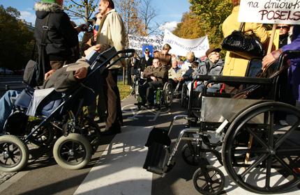 Rodzice osób z niepełnosprawnością podczas protestu ws. wysokości świadczeń