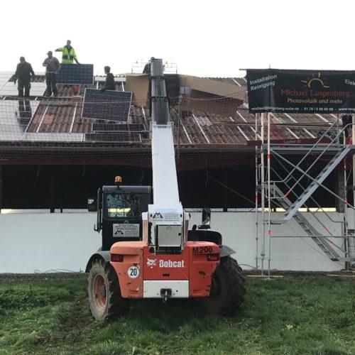 Installation der Solarmodule der Photovoltaikanlage üder dem Kuhstall. Nierswalder Kuhhof 2019