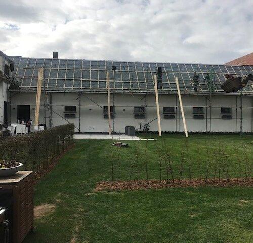 Neue Folie und Dachlatten werden verlegt.