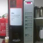 Koffieautomaat met bericht erop: niet kletsen, er werken hier mensen