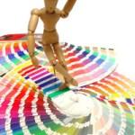 Houten popje op kleurenstalen, kiezend. Copyright Alfonso Romero