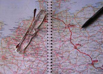 Route gemarkeerd op kaart, met leesbril en pen erbij. Copyright foto: Helmut Gevert