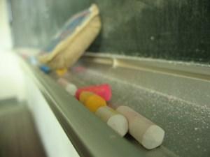 Het richeltje onder een schoolbord waar de krijtjes en de borstel liggen. Copyright foto: kmb43xgame