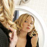 Meisje en haar spiegelbeeld. Copyright foto: Alex Bramwell