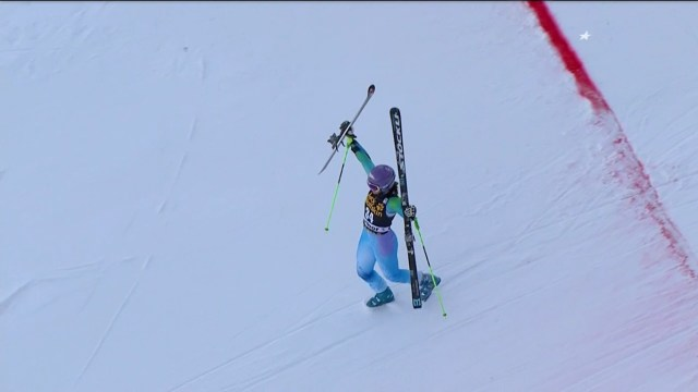 Tina Maze se quitó los esquís para cruzar su última línea de meta FOTO: Eurosport