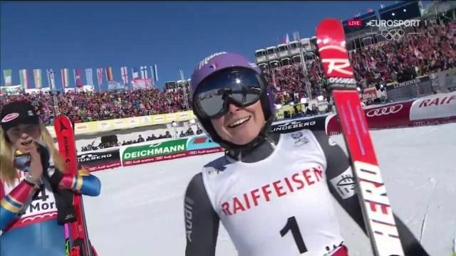Tessa Worley recibe el aplauso de Mikaela Shiffrin tras llegar a la meta FOTO: Eurosport