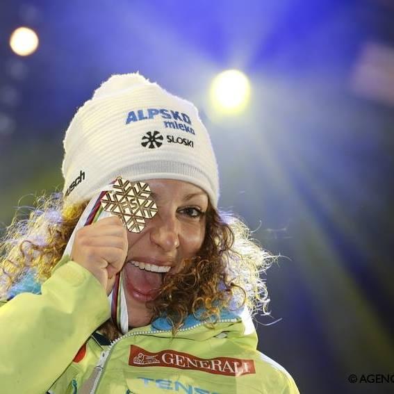 La eslovena, radiante con su medalla de oro de campeona del mundo de descenso FOTO: Facebook Ilka Stuhec