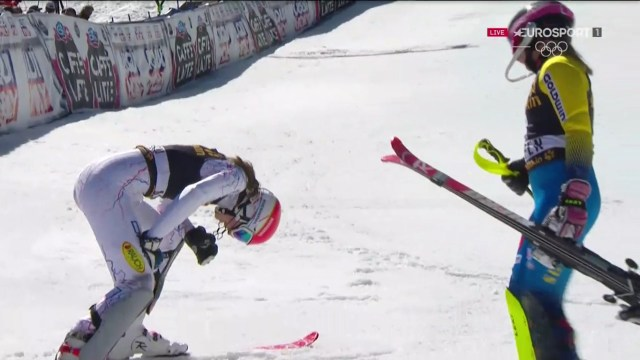 Vlhova, exhausta pero feliz tras acabar la segunda manga, y Hansdotter, dispuesta a felicitarla FOTO: Eurosport