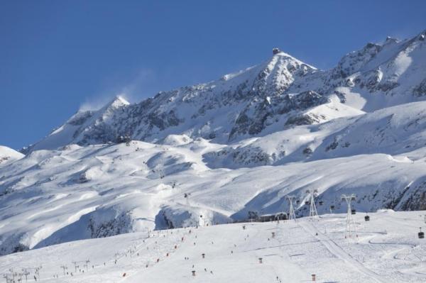 La estación, ubicada al sur del macizo les Grandes Rousses, posee la cima del Pic blanc como telón de fondo